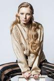 Mode-Modell-Haltung auf hellem Hintergrund Lizenzfreie Stockbilder