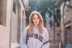 Mode-Modell-Haltungen in der Mitte der Stadt Stockfotos