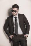 Mode-Modell im Anzug und Bindung, die kühl schaut stockfoto