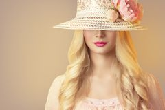 Mode-Modell im breiten Rand-Hut mit Pfingstrosen-Blumen, Retro- Frau lizenzfreies stockbild