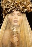 Mode-Modell im Goldblumen-Hut-Schleier, Schönheit Art Portrait mit goldener Rose Flower stockbild