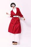 Mode-Modell im roten Mantel auf einem weißen Hintergrund lizenzfreie stockfotos