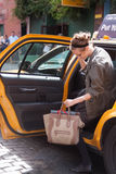 Mode-Modell Jac, das ein Fahrerhaus nimmt lizenzfreie stockfotografie