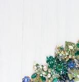 Mode-Modell Jewelry Weinleseschmuckhintergrund Schöne helle Bergkristallbrosche, -halskette und -ohrringe auf weißem Holz Flache  lizenzfreie stockfotos