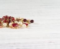Mode-Modell Jewelry Weinleseschmuckhintergrund Schöne helle Bergkristallbrosche und -halskette auf hölzernem Hintergrund Flache L lizenzfreie stockfotos