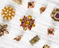 Mode-Modell Jewelry Weinleseschmuckhintergrund Schöne helle Bergkristallbrosche und -ohrringe auf weißem Holz Flache Lage, Draufs stockfotos