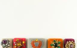 Mode-Modell Jewelry Weinleseschmuckhintergrund Schöne helle Bergkristallbroschen und -Schmuckkästchen auf weißem Hintergrund Flac stockfotografie