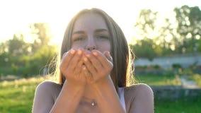 Mode-Modell-Mädchen in den goldenen Scheinen funkeln aufwerfend Porträt der Schönheit mit Funkelnkonfettis draußen stock video