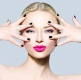 Mode-Modell-Mädchen mit dem blonden Haar lizenzfreies stockbild