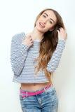 Mode-Modell-Mädchen, das über weißem Hintergrund aufwirft Stilvolle Blondine der Schönheit mit den rosa Lippen und perfekten dem  Lizenzfreie Stockbilder