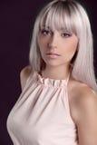Mode-Modell mit dem farbigen geraden Haar Stockfotos