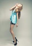 Mode-Modell mit dem gelockten Haar Stockfotografie