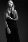 Mode-Modell mit dem langen Haar, schöne Augen, perfekte Haut wirft im Studio für Zaubertest-Fotoaufnahmevertretung auf Stockfotografie