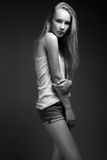 Mode-Modell mit dem langen Haar, schöne Augen, perfekte Haut wirft im Studio für Zaubertest-Fotoaufnahmevertretung auf Lizenzfreies Stockbild