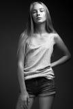 Mode-Modell mit dem langen Haar, schöne Augen, perfekte Haut wirft im Studio für Zaubertest-Fotoaufnahmevertretung auf Lizenzfreie Stockfotos