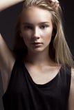 Mode-Modell mit dem langen Haar, schöne Augen, perfekte Haut wirft im Studio für Zaubertest-Fotoaufnahmevertretung auf Lizenzfreie Stockfotografie