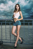Mode-Modell mit den langen Beinen, die nahe einem Fluss aufwerfen Stockbilder