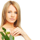 Mode-Modell mit Frühlingsgrünblättern Lizenzfreie Stockfotografie