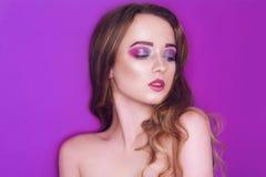 Mode-Modell mit kreativem Rosa und Blau bildet Sch?nheitskunstportr?t des sch?nen M?dchens mit buntem abstraktem Make-up Sch?n stockbild