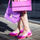 Mode-Modell mit Kupplung im rosa Kleid und in den Schuhen Lizenzfreie Stockfotografie