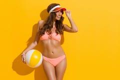 Mode-Modell In Pink Bikini, das mit Wasserball aufwirft Lizenzfreie Stockbilder