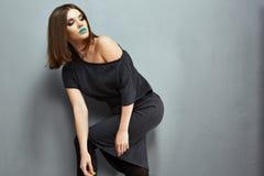 Mode-Modell-Schwarz-Kleideraufstellung Schmutzartgussnaht der jungen Frau Stockbild