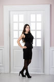Mode-Modell-Schwarzkleid in voller Länge, das hinten in den Studiodachbodenausgangsinnentüren aufwirft Stockbild