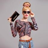Mode-Modell Sexy Blond Girl, Zauber-Sonnenbrille Stockfotos