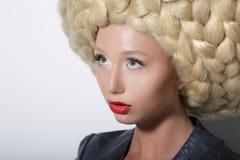 Mode-Modell. Ultramoderne Frau mit dem Überraschen von Art Headdress stockbild