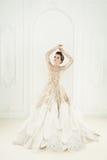 Mode-Modell Woman Standing auf königlichem Innenraum Lizenzfreie Stockbilder