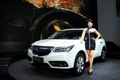 Mode-Modelle auf ACURA MDX SUV Stockfotografie