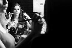 Mode-Modelle vorbereitet für Rollbahn vom stilvollen Designer Mädchen versteckt sich im Hemd eines Mannes Stockbilder
