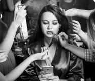 Mode-Modelle vorbereitet für Rollbahn vom stilvollen Designer Mädchen versteckt sich im Hemd eines Mannes Lizenzfreie Stockbilder