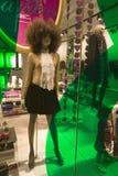 Mode montrée la nuit avec les lumières colorées dans le magasin d'habillement dans Soho, New York City, New York Image stock