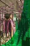 Mode montrée la nuit avec les lumières colorées dans le magasin d'habillement dans Soho, New York City, New York Image libre de droits