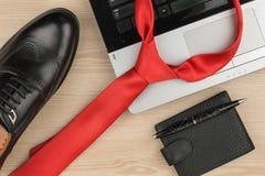 Mode och affär, anteckningsbok, skor och band på en trätabell som bakgrund Fotografering för Bildbyråer