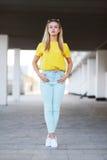 Mode och folkbegrepp - stilfullt sinnligt nätt posera för kvinna arkivfoton