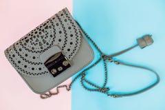 Mode och moderiktigt begrepp för läderobjekt för bakgrund svart handväska isolerad white Grå påse på färgglad bakgrund piska hand arkivbilder