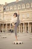 Mode och mode Sinnlig kvinna med brunetthår Kvinnan poserar på skor för den höga hälet i paris, Frankrike Skönhetflicka med royaltyfri bild