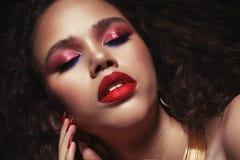 Mode- och skönhetbegrepp: attraktiv stående för afrikansk amerikankvinnacloseup arkivfoto