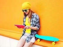 Mode- och teknologibegrepp - stilfull nätt kall flicka arkivbilder