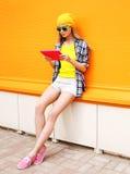Mode- och teknologibegrepp - stilfull nätt kall flicka arkivfoton