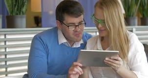 Mode-Paare unter Verwendung eines Tablets stock video footage