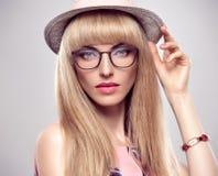 Mode-Porträt-blonde Frau in den stilvollen Gläsern Stockfoto