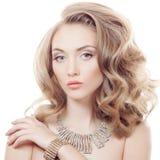 Mode-Porträt der schönen Luxusfrau mit dem Schmuck lokalisiert stockfoto