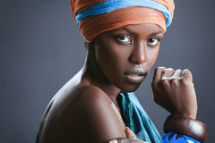 Mode-Porträt der schönen schwarzen Frau stockbilder