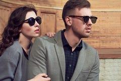 Mode regardant des couples dans la ville Images libres de droits