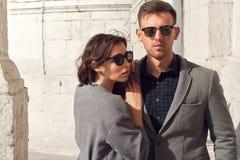 Mode regardant des couples dans la ville Image libre de droits