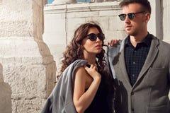 Mode regardant les lunettes de soleil de port de couples Photographie stock libre de droits