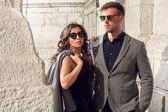 Mode regardant les lunettes de soleil de port de couples Image libre de droits